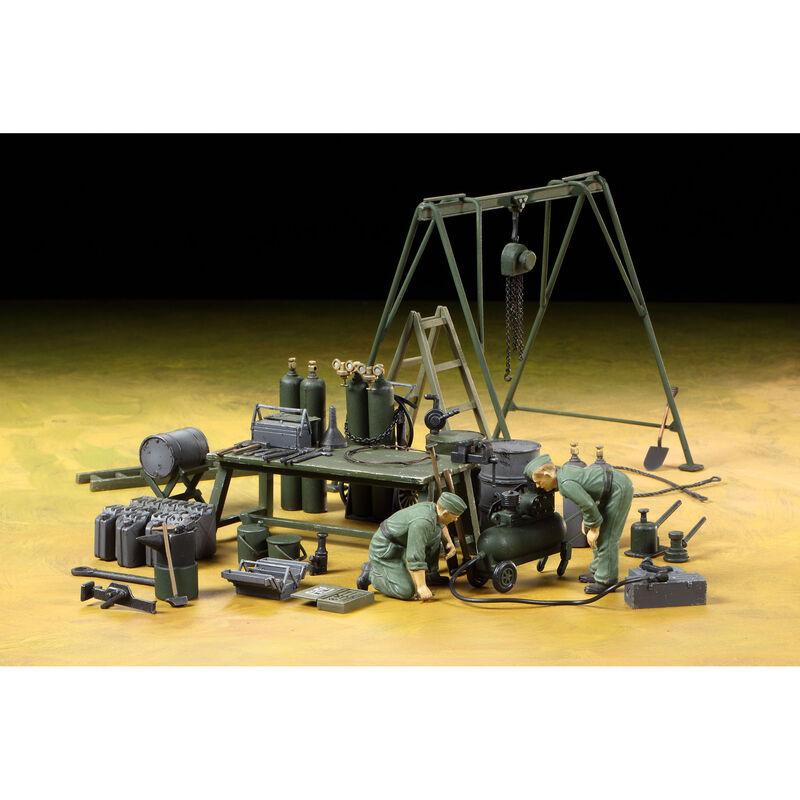 1/35 German Field Maintenance Team with Equipment Set